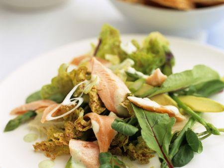Grüner Salat mit Lachs und Avocado