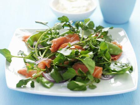 Grüner Salat mit Räucherforelle