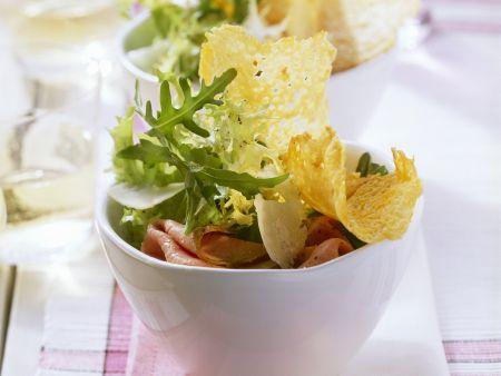 Grüner Salat mit Roastbeef und Parmesantalern