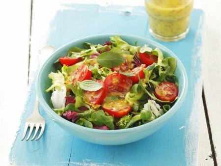 Grüner Salat mit Tomaten und Senf-Honig-Vinaigrette