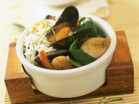 Grünes Curry mit Meeresfrüchten, Blattspinat und Reis