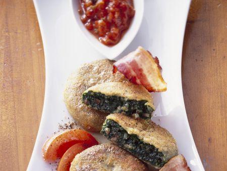 Grünkohlküchlein mit Speck und Tomatensugo