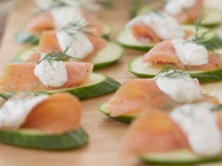 Gurkenhäppchen mit Lachs und Dillcreme