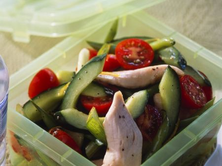 Gurkensalat mit Tomaten und Hähnchen