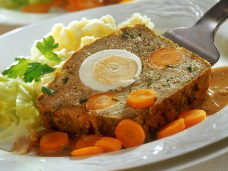 Hackbraten mit Ei, Möhren und Kartoffelbrei