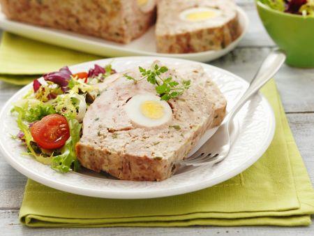 Hackbraten mit Ei und grünem Salat