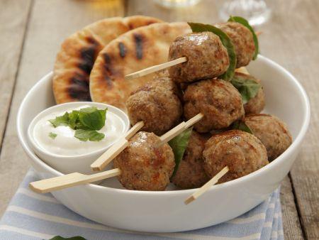 Hackfleischbällchen auf griechische Art (Kofta) mit Joghurtsoße