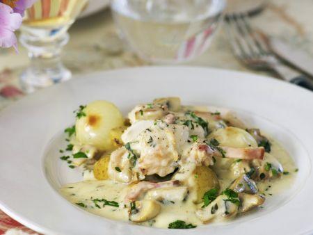 Hähnchen mit Pilz-Weißwein-Soße und Zwiebeln