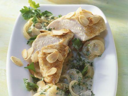 Hähnchen mit Sherry-Zwiebel-Sauce und Mandeln