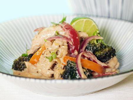 Hähnchenpfanne mit Brokkoli, Zwiebeln und Paprika
