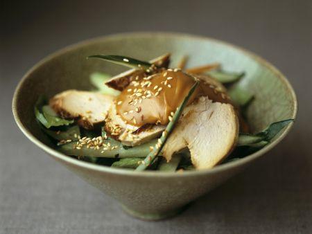 Hähnchensalat auf asiatische Art mit grünem Gemüse und Sataysoße