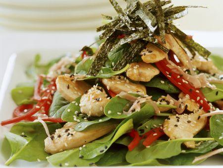 Hähnchensalat mit frischem Spinat und Sesam