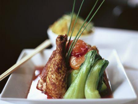 Hähnchenschlegel mit Pak Choy und Obst