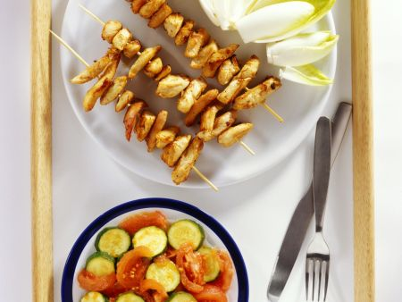 Hähnchenspieße dazu Chicorée und Tomaten-Zucchini-Salat