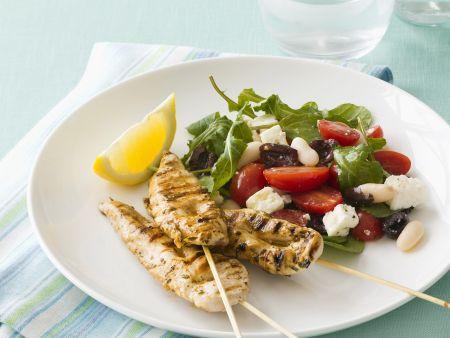 Hähnchenspieße vom Grill mit gemischtem Salat