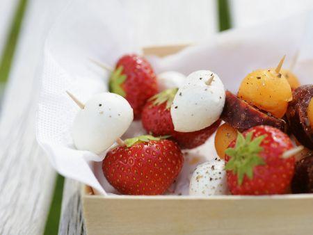 Häppchen mit Erdbeer-Mozzarella oder Wurst-Melone