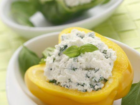 Halbe Paprika mit Käse-Basilikum-Füllung
