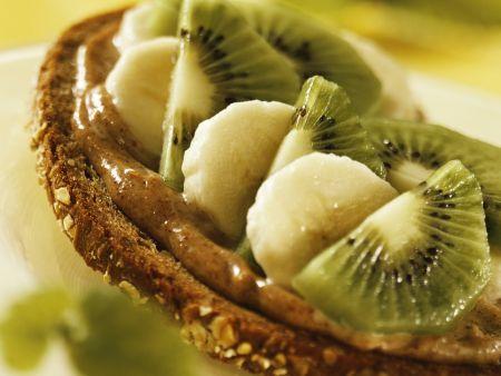 Vollkornbrot mit veganem Haselnussaufstrich und Obst