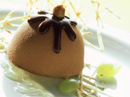 Haselnuss-Nougat-Eis mit Weintrauben und Honigsoße