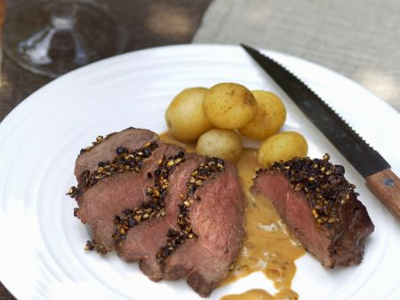 Hirschsteak mit Pfefferhaube und Kartoffeln