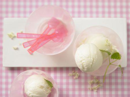 Holunderblüten-Joghurt-Eis mit Zitronenmelisse