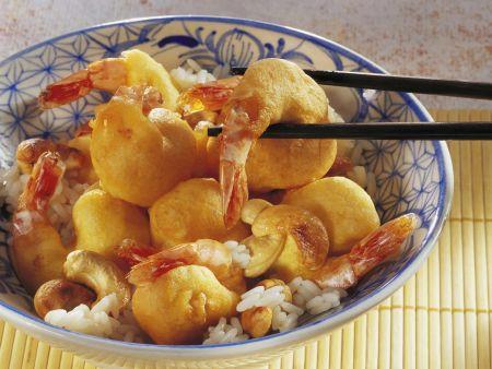 Garnelen im Bachteig mit Cashews und Reis