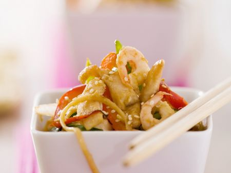 Hühnchen-Garnelen-Salat mit Nudeln und Gemüse