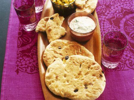 Indisches Fladenbrot (Naan) mit Raita und Mangodip