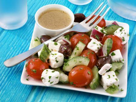 Gurken-Tomaten-Salat mit Schafskäse