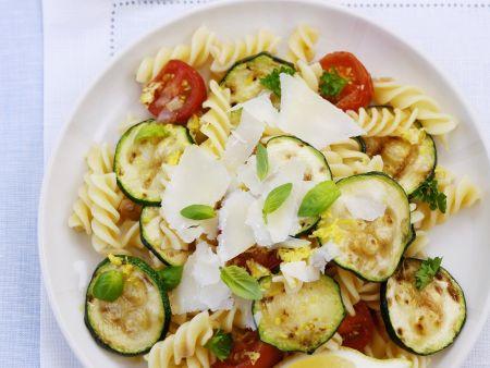 Italienischer Nudelsalat mit Zucchini, Tomaten und Parmesan