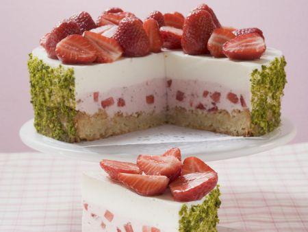 Joghurt-Erdbeer-Torte mit Pistazienmantel
