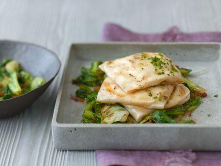 Käse-Strudelpäckchen mit gedünstetem Salat