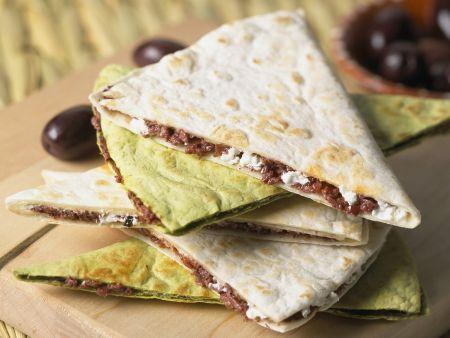 Käse-Tortilla mit Oliven und Ziegenkäse