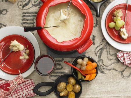 Käsefondue mit Brot, Kartoffeln und Gemüse