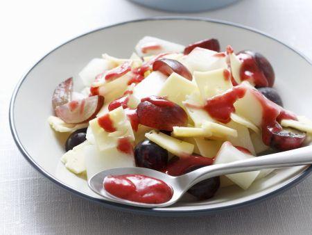 Käsesalat mit Trauben und Kirschvinaigrette
