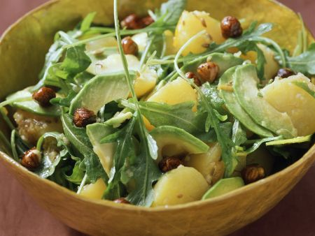 Kartoffel-Avocado-Salat mit Haselnüssen und Rucola
