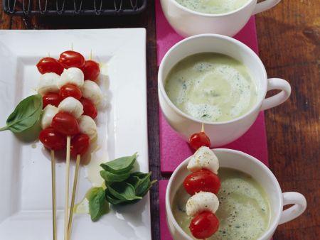 Kartoffel-Basilikum-Suppe mit Mini Tomaten-Mozzarella-Spieß