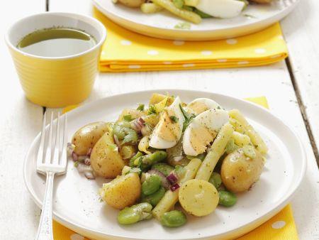 Kartoffel-Eier-Salat mit roten Zwiebeln