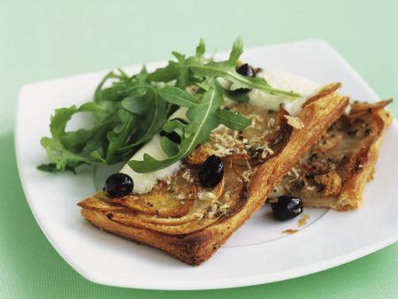 Kartoffel-Rosmarin-Schnitten mit Büffelmozzarella und Oliven