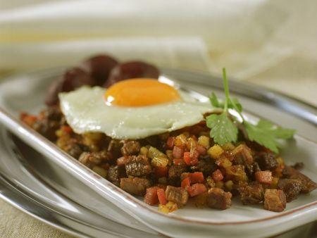 Kartoffel-Speck-Pfanne mit Spiegelei (Pyttipanna)