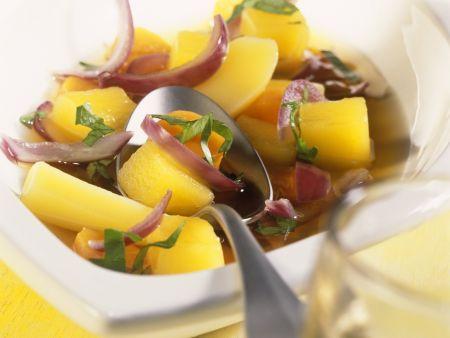 Kartoffel-Zwiebel-Topf mit Basilikum
