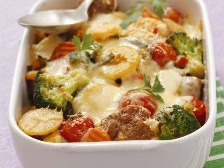 Kartoffelauflauf mit Brokkoli, Tomaten und Hackklößchen