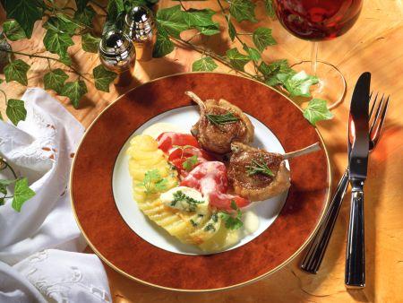 Kartoffelgratin und Paprika zu Lammkoteletts