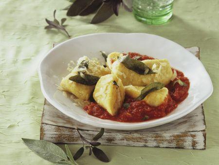 Wickelklöße mit Tomaten-Salbei-Sugo und Parmesan