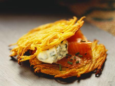 Kartoffelküchlein mit geräuchertem Lachs und Schmand