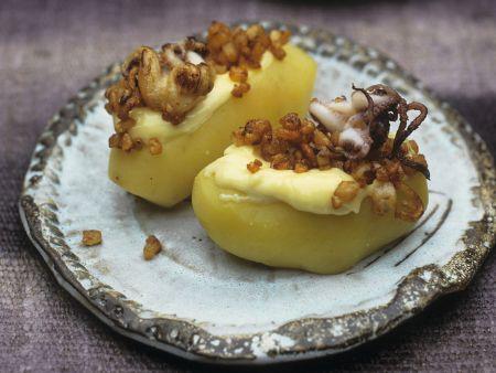 Kartoffeln mit gerösteten Mini-Calamari und Knoblauchsoße