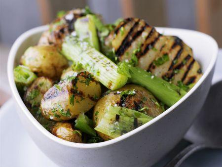 Kartoffeln vom Grill mit Stangensellerie