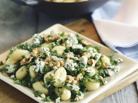 Kartoffelpfanne mit Spinat, Blauschimmelkäse und Nüssen