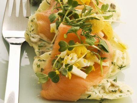 Kartoffelsalat mit Ei, Kräutern und geräuchertem Lachs