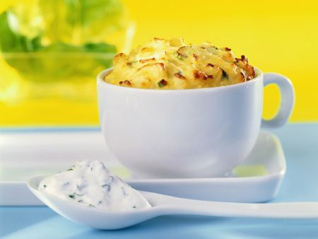 Kartoffelsoufflee mit saurer Sahne dazu Kräuterquark